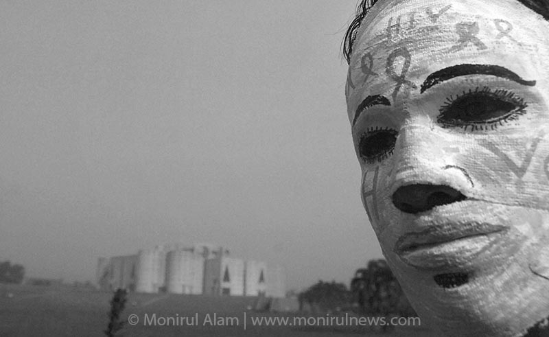 A person use musk on his face and stand in front of National Parliament house during the processing on HIV/AIDS. Dhaka December 2006 © Monirul Alam